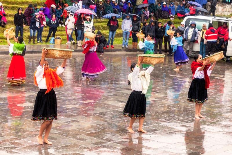 Oidentifierad infödd kvinnas fira Inti Raymi, Inca Festival av solen i Ingapirca, Ecuador royaltyfria foton
