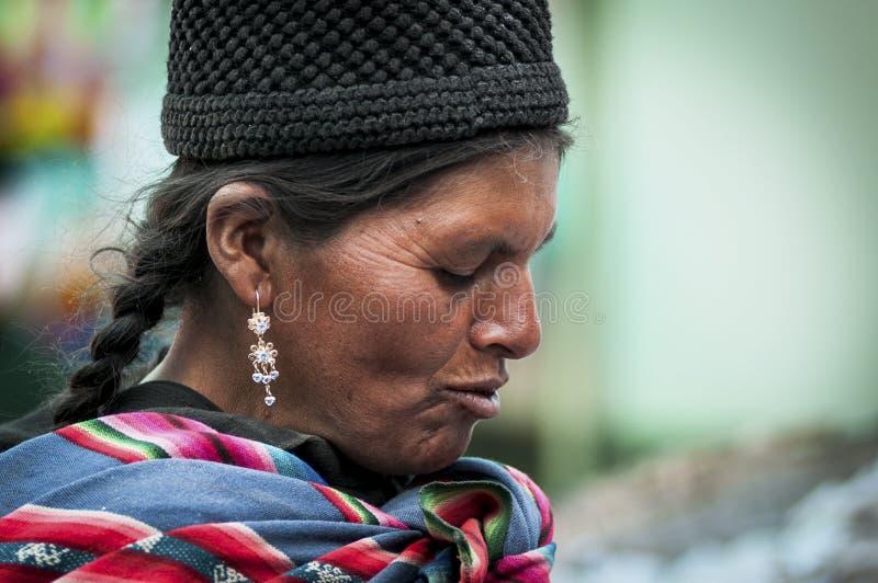 Oidentifierad infödd infödd Quechua kvinna med den traditionella stam- kläder och hatten, på den Tarabuco söndag marknaden, Boliv royaltyfri fotografi