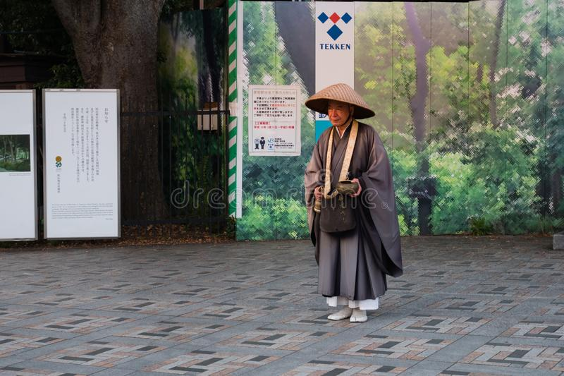 Oidentifierad Japnese munk framme av den Meiji-jingu relikskrin i Shib royaltyfri foto