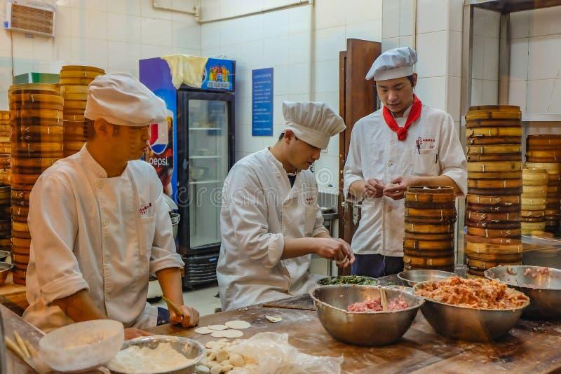 Oidentifierad kinesisk kock Cook och traditionell mat för handel på den Yuyuan trädgården i gammalt stadsområde i Shanghai fotografering för bildbyråer