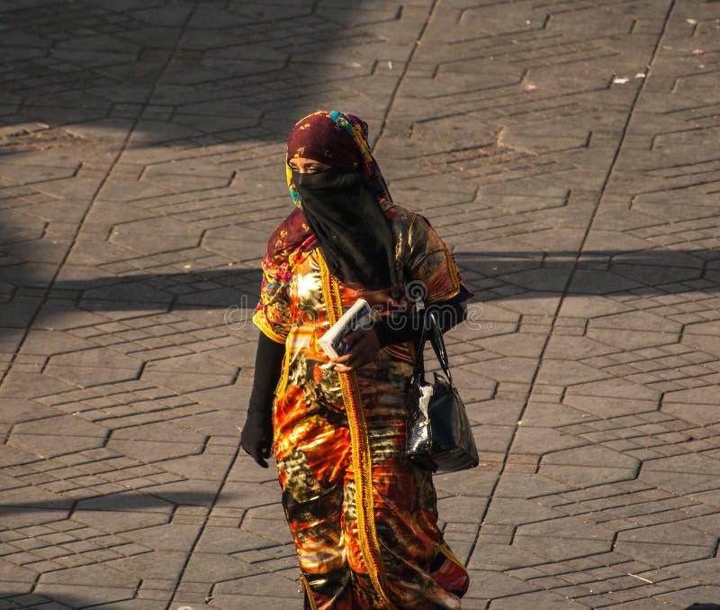 Oidentifierad kvinna med den härliga klänningen fotografering för bildbyråer