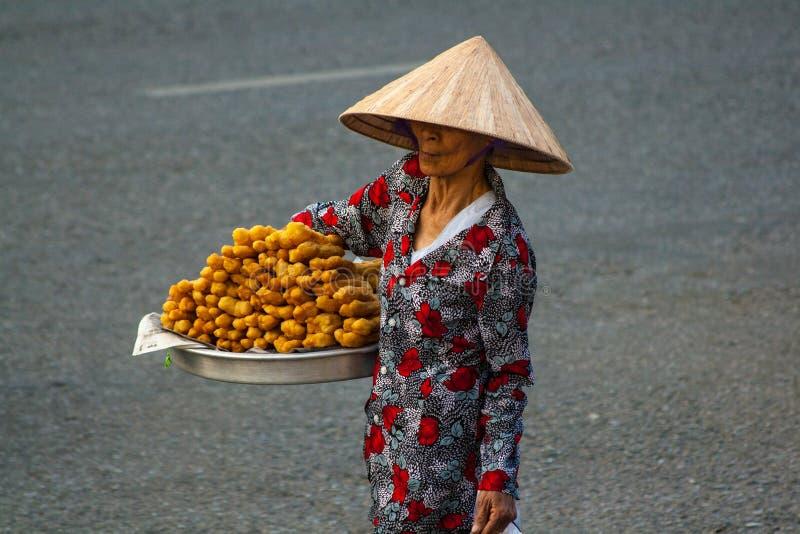 Oidentifierad kvinnasäljare i den gamla fjärdedelen av Saigon arkivbild