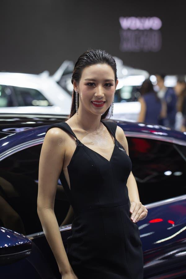 Oidentifierad kvinnlig presentatör på det Audi båset royaltyfri foto