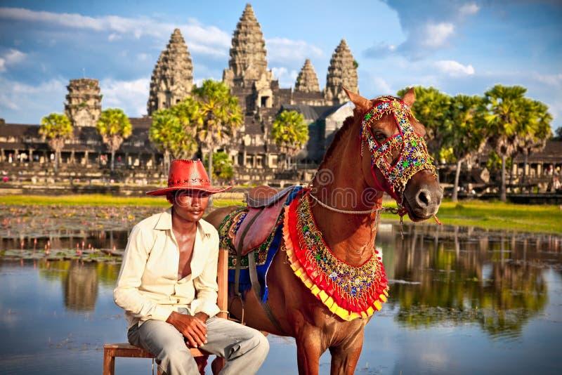 Oidentifierad man och häst i Angkor Wat, Cambodja arkivfoton