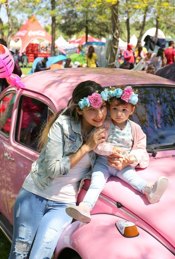 Oidentifierad moder och dotter tagen bild med gamla Volkswagen Beetle fotografering för bildbyråer
