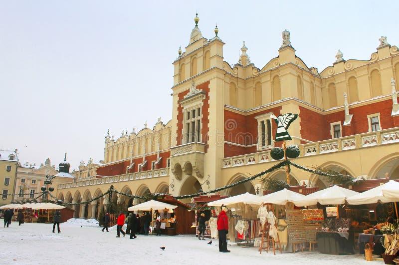 Oidentifierad peple på nytt års mässa nära torkduken Hall i Krakow, Polen fotografering för bildbyråer