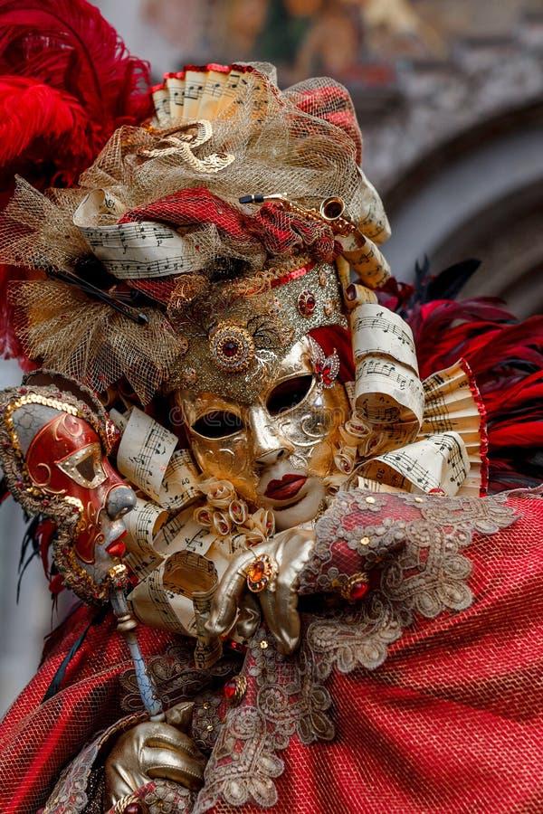 Oidentifierad person med den Venetian karnevalmaskeringen i Venedig, Italien på Februari royaltyfri foto