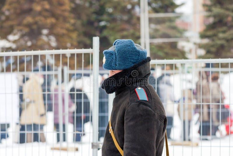 Oidentifierad rysk polis i vinterlikformig royaltyfri foto