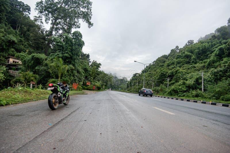 Oidentifierad ryttare med motorcykelKawasaki ninja 300 på pro-Nan royaltyfri foto