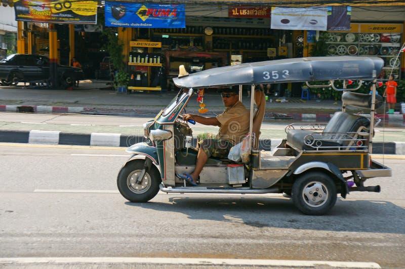 Oidentifierad taxichaufför med traditionell tuk-tuk i Thailand royaltyfri bild