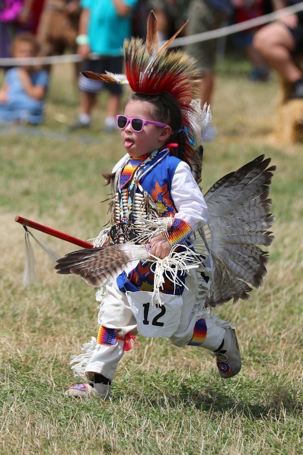 Oidentifierad ung indian under den 40th årliga Thunderbird indianpowwowen royaltyfria foton