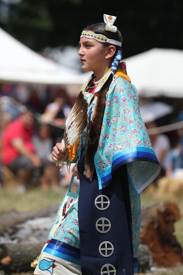Oidentifierad ung indian under den 40th årliga Thunderbird indianpowwowen arkivfoto
