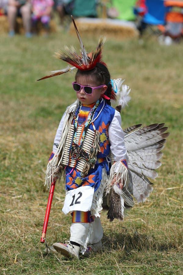 Oidentifierad ung indian under den 40th årliga Thunderbird indianpowwowen fotografering för bildbyråer