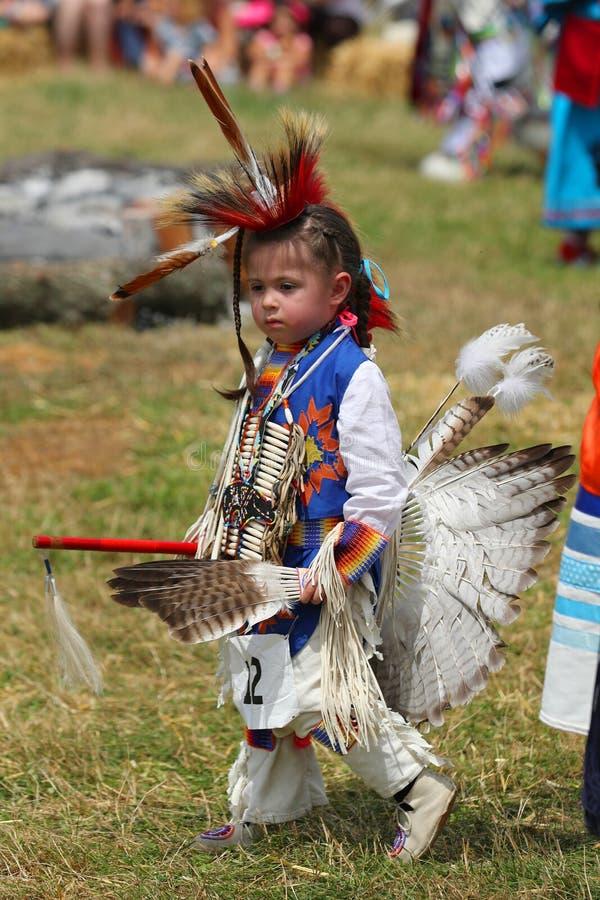 Oidentifierad ung indian under den 40th årliga Thunderbird indianpowwowen arkivbilder
