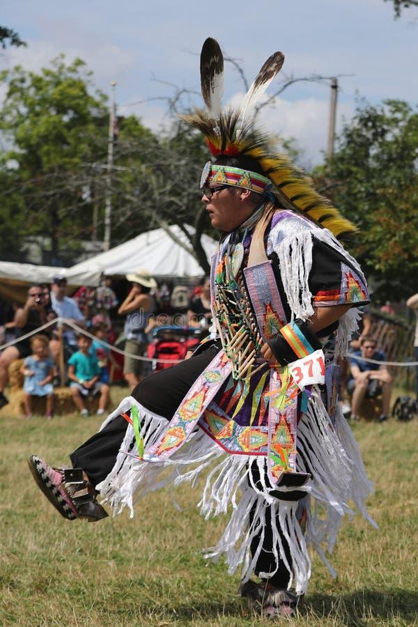 Oidentifierad ung indian under den 40th årliga Thunderbird indianpowwowen arkivfoton