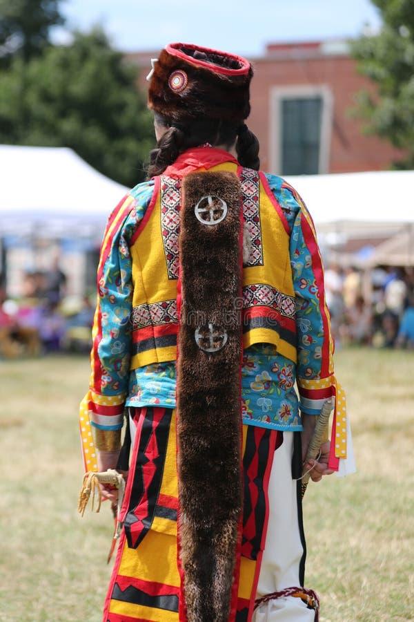 Oidentifierad ung indian under den 40th årliga Thunderbird indianpowwowen arkivbild