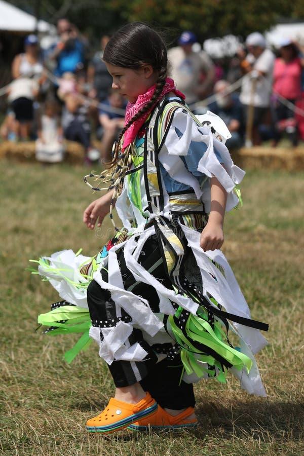 Oidentifierad ung indian under den 40th årliga Thunderbird indianpowwowen royaltyfria bilder