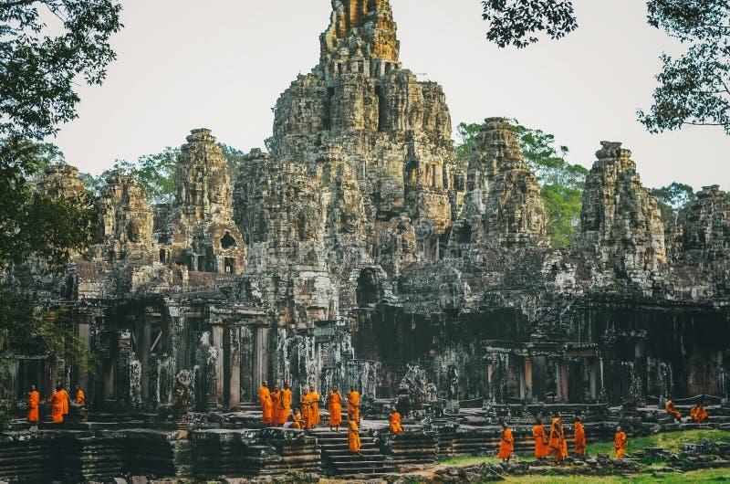 Oidentifierade Buddist munkar från Thailand på en av templet av den Bayon templet arkivbild
