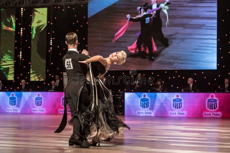 oidentifierade danspar i dans poserar royaltyfri fotografi
