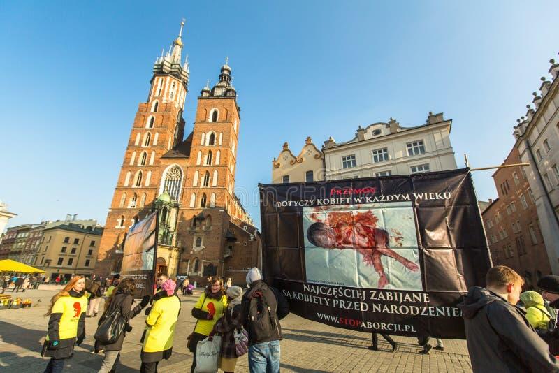 Oidentifierade deltagare protesterar mot abort på huvudsaklig kyrka för marknadsfyrkant nära av vår dam Assumed in i himmel royaltyfria bilder