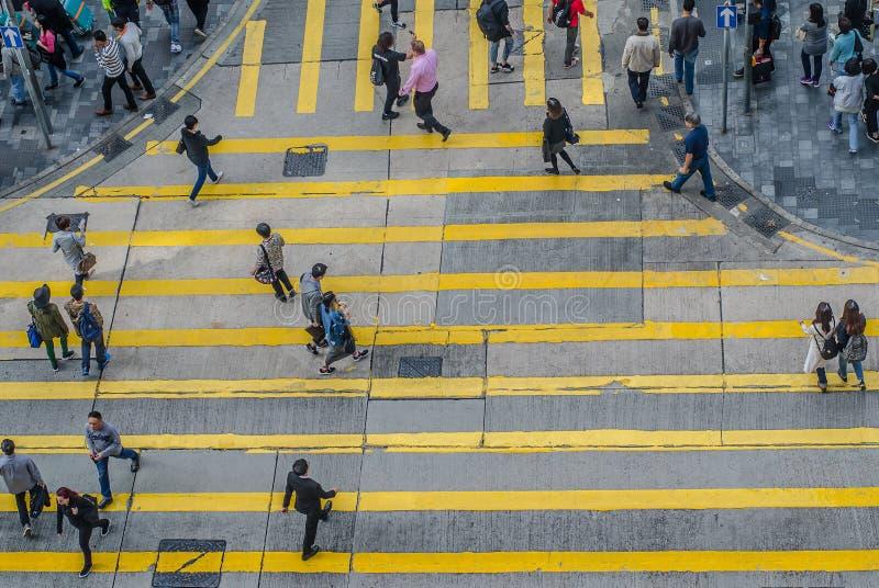 Oidentifierade gångare på zebramarkering gata arkivbild