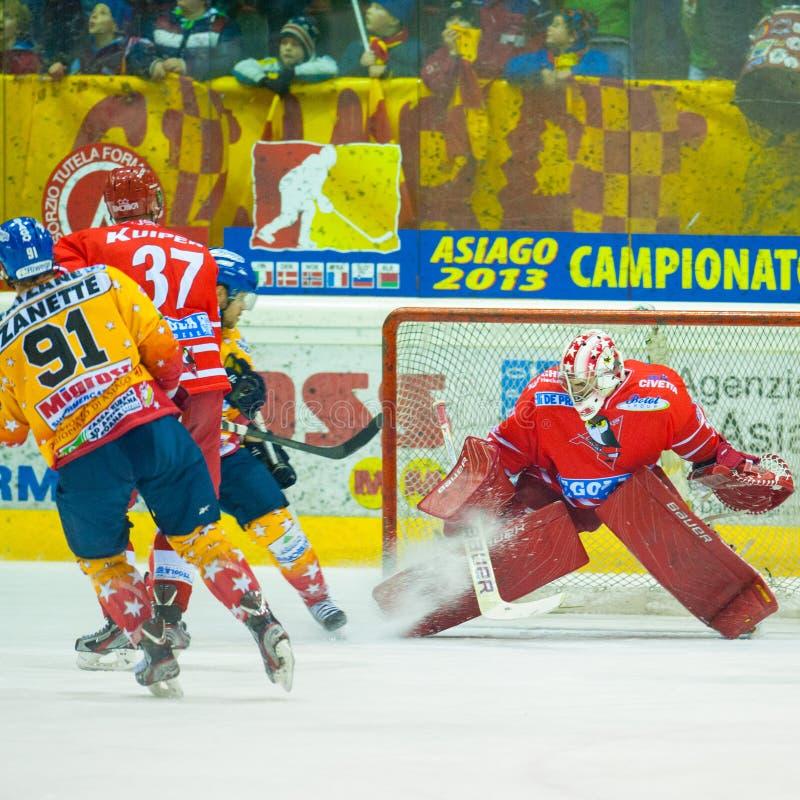 Oidentifierade hockeyspelare konkurrerar arkivbilder