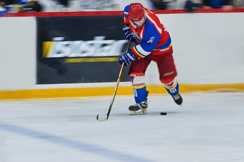 Oidentifierade hockeyspelare konkurrerar under hockeymatch royaltyfri fotografi