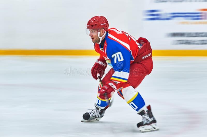 Oidentifierade hockeyspelare konkurrerar under hockeymatch royaltyfria foton