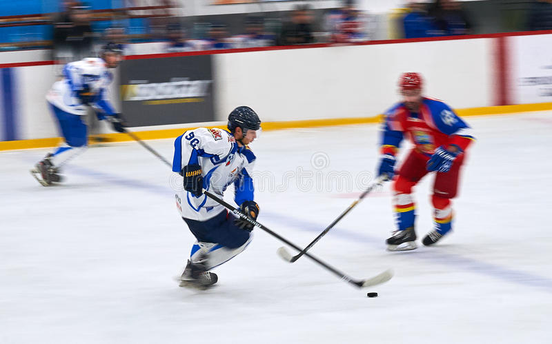 Oidentifierade hockeyspelare konkurrerar under hockeymatchen HC Dunarea Galati royaltyfri bild
