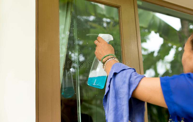 Oidentifierade kvinnalokalvårdfönster med sprejtvättmedel royaltyfri foto
