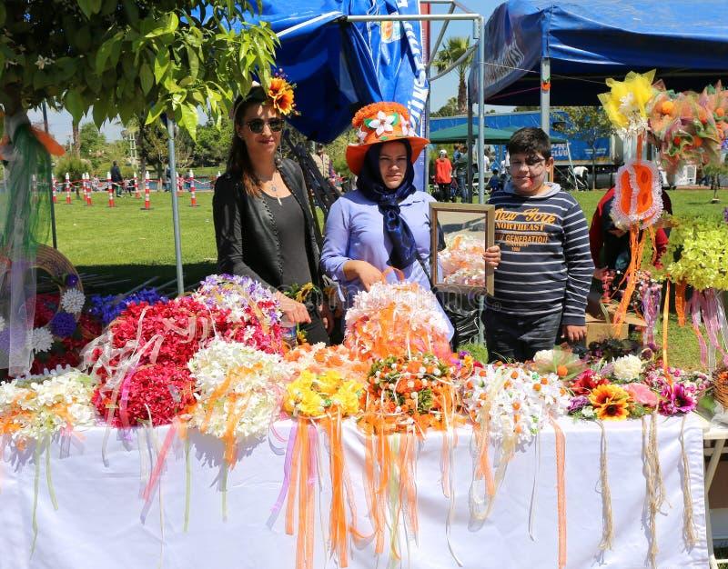 Oidentifierade kvinnor och pojke med den målade framsidan som poserar på den orange blomningkarnevalet royaltyfri bild