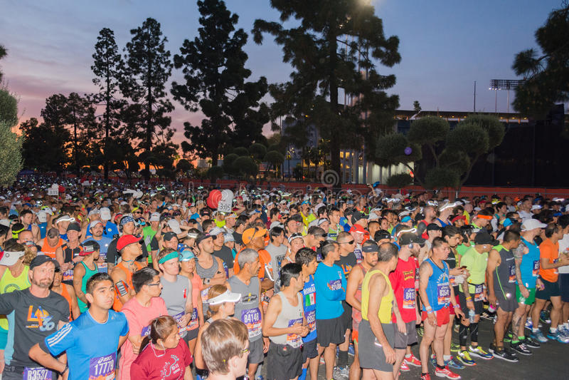 Oidentifierade löpare i början av den 30th LAmaraton Editio arkivfoton