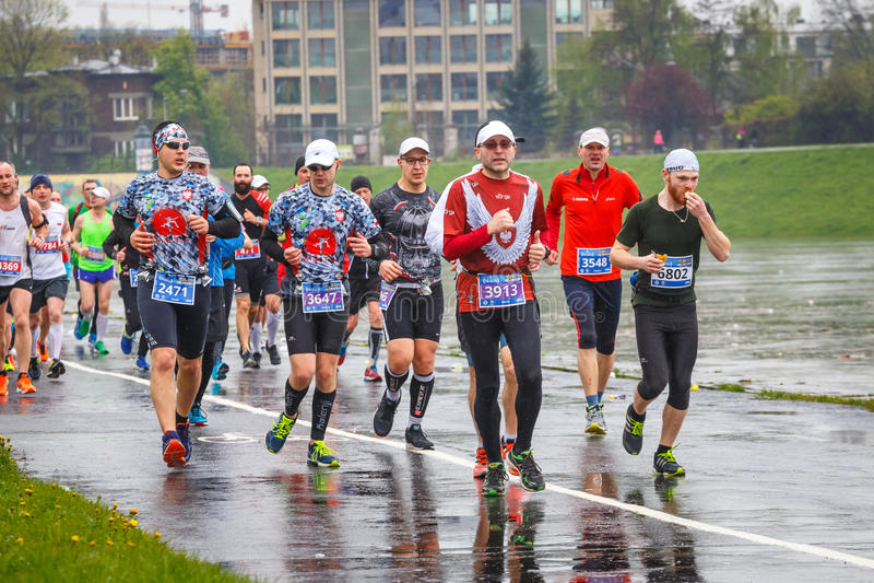 Oidentifierade löpare på gatan under maraton för 16 Cracovia royaltyfri bild