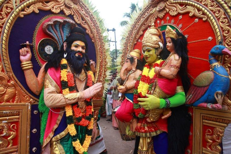 Oidentifierade män som kläs som hinduisk gud, deltar i en kulturell procession under den Pallimukkathu tempelfestivalen royaltyfria bilder