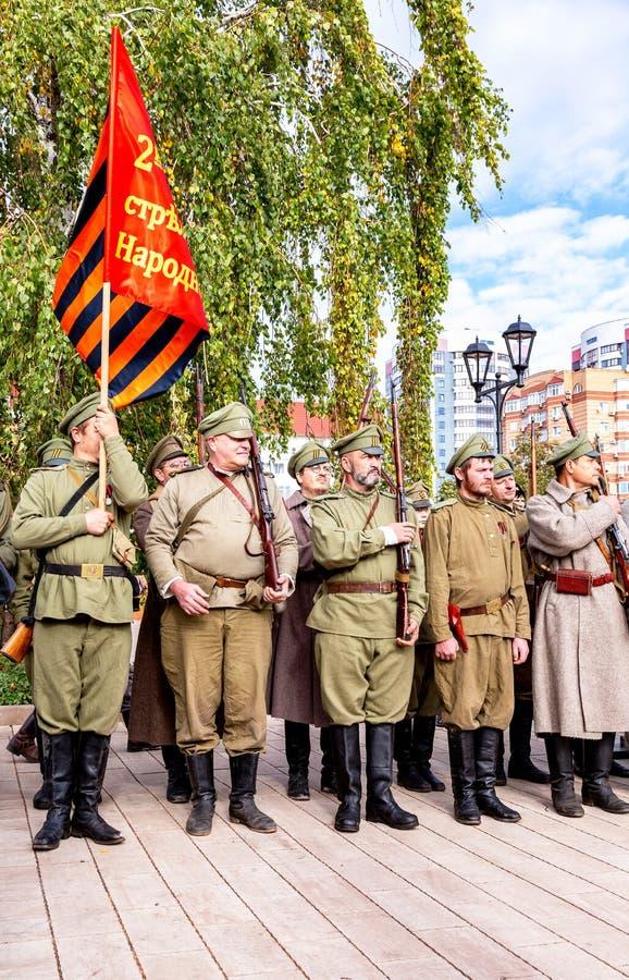Oidentifierade medlemmar av den historiska reenactmentstriden i den ryska inbördeskriget royaltyfri foto