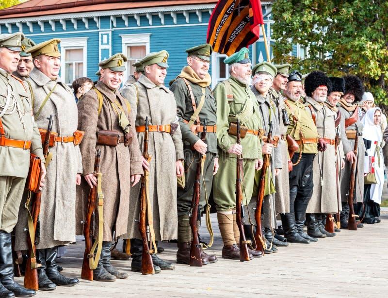 Oidentifierade medlemmar av den historiska reenactmentstriden i den ryska inbördeskriget arkivbilder