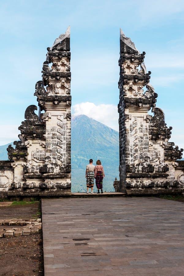 Oidentifierade par på porten på Pura Lempuyang Luhur fotografering för bildbyråer