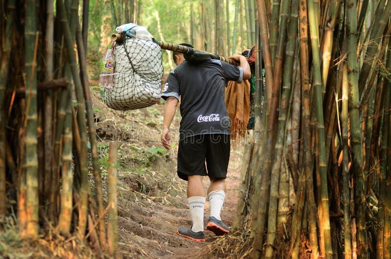 Oidentifierade portvakter bär klättraretillhörigheter arkivfoto