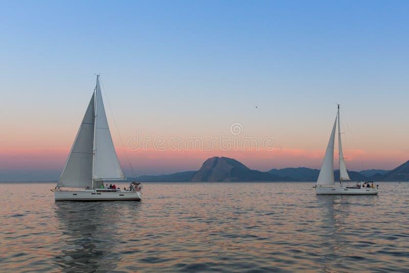 Oidentifierade segelbåtar deltar i seglingregatta royaltyfri fotografi