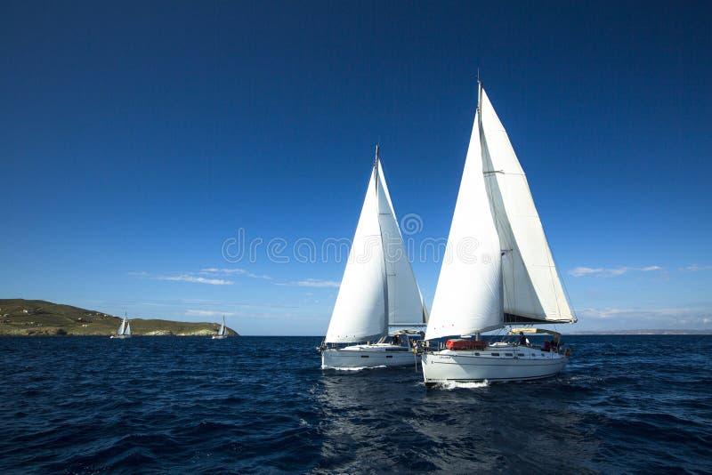 Oidentifierade segelbåtar deltar i seglingregatta royaltyfri foto