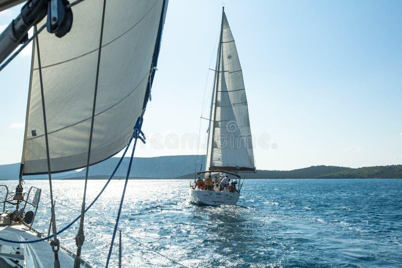 Oidentifierade segelbåtar deltar i seglingregatta på det Aegean havet royaltyfri fotografi