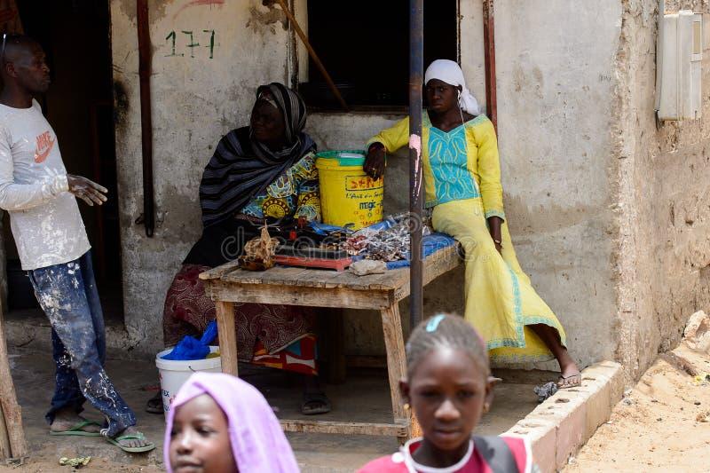 Oidentifierade senegalesiska kvinnor säljer gods på marknaden royaltyfri foto