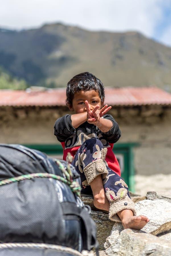 Oidentifierade sherpapojkar i Lukla, Everest region, Nepal sherpa royaltyfria bilder