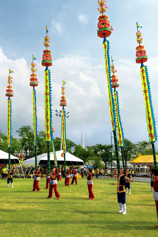 Oidentifierade skådespelare utför på den klassiska thailändska dansdramat med den långa polen för bambu på att fira av födelsedag fotografering för bildbyråer