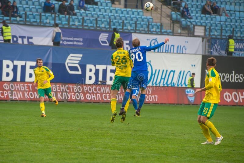 Oidentifierade spelare i handling under fotbollleken royaltyfri bild