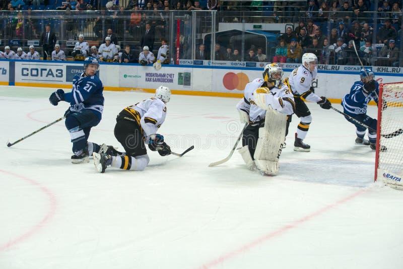 Oidentifierade spelare på hockeyleken royaltyfri foto
