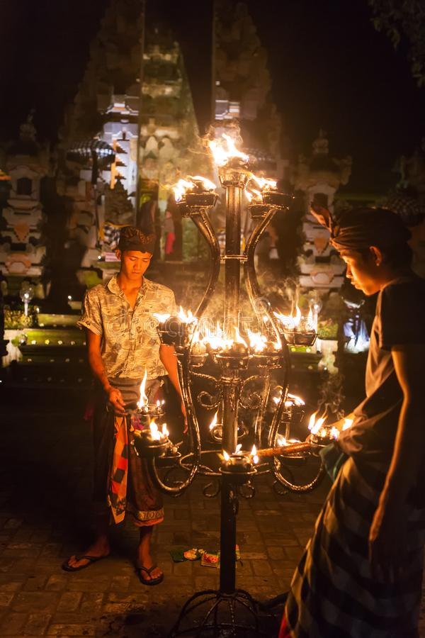 Oidentifierade stearinljus för balinesemanljus för en traditionell Kecak brand dansar ceremoni i hinduisk tempel fotografering för bildbyråer