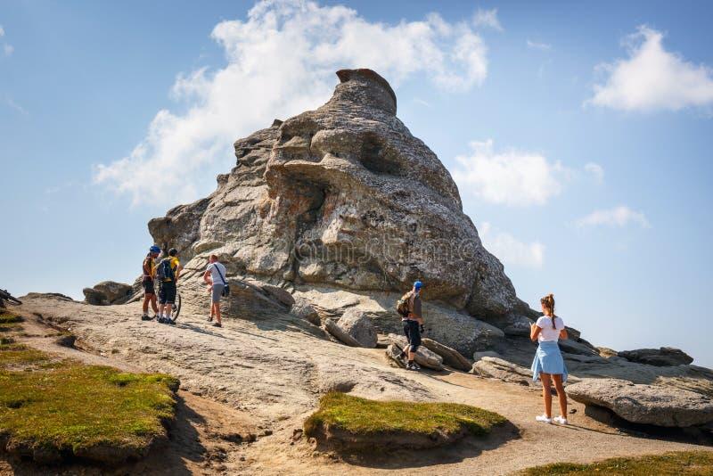Oidentifierade turistbesökBucegi berg i Rumänien arkivbilder