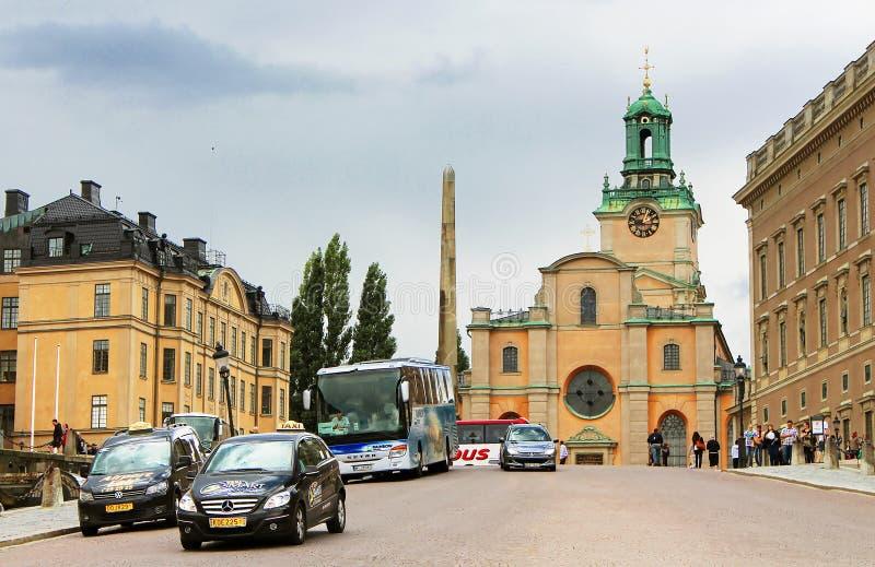 Oidentifierade turister nära Storkyrkan, Stockholm, Sverige arkivbild