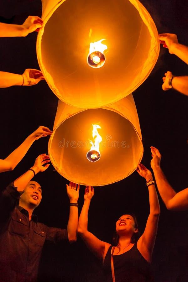 Oidentifierade turister släpper Khom Loi, himmellyktorna under den Yi Peng eller Loi Krathong festivalen i Chiang Mai, Thailand arkivfoto